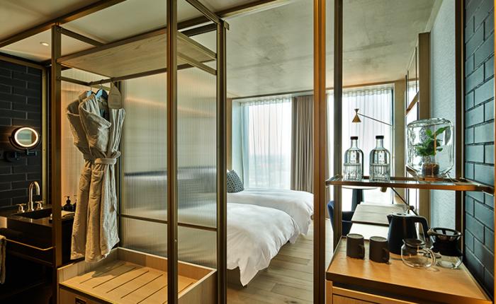 QO Amsterdam zet op elke kamer water van MADE BLUE klaar