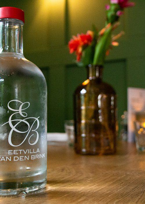Eetvilla van den Brink serveert MADE BLUE in maatwerk flessen