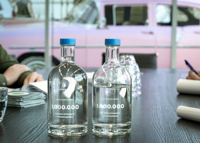 Flessen van MADE BLUE bij Nedelko op kantoor