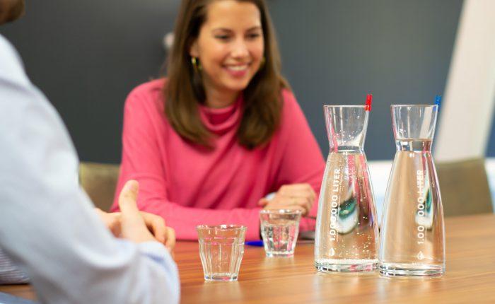 Water op kantoor voor het goede doel