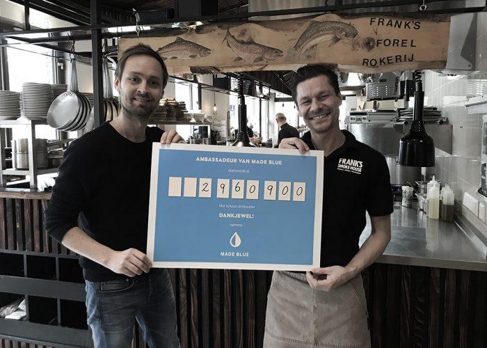 MADE BLUE deelt een cheque uit bij Frank's Smoke House in Amsterdam