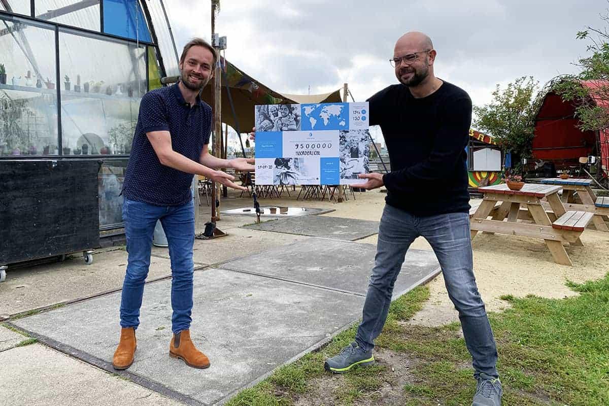 Noorderlicht Cafe ontvangt een cheque van Made Blue